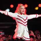 Lluvia, atraso y decepción en recital de Madonna en Santiago