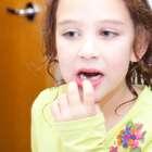 Cómo quitar los dientes de leche de su hijo sin dolor
