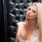 Carol Bittencourt desfila de noiva com decotão em SP