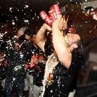 Pitcher de Gigantes celebra tomando 5 cervezas a la vez