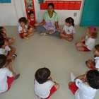 Creches oferecem yoga, massagem e ginástica para bebês