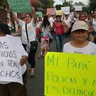 Familiares de policías en Iguala marchan y piden libertad