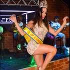 Carla Prata usa vestido de R$ 4 mil em feijoada na Tijuca