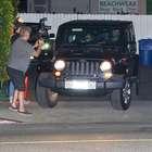 Com Gwyneth Paltrow, Chris Martin atinge fotógrafo com jipe
