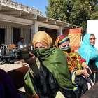 Maestros portan armas para proteger a alumnos en Pakistán