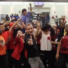 Maestro hace su propio video de 'Uptown Funk' con alumnos