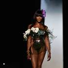 Aos 44, Naomi Campbell usa look exótico em desfile em Paris
