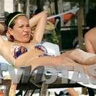 Yolanda Andrade se pasea en poca ropa en playa de Cancún