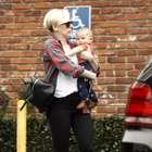 Scarlett Johansson faz careta ao carregar filha de 4 meses