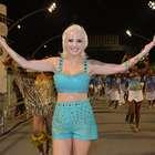 Com look comportado, ex-BBB Clara ensaia para o Carnaval