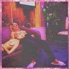 Seguindo a tradição... Miley Cyrus faz topless com cantora