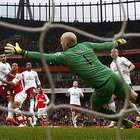 Arsenal goleia Aston Villa e segue colado no Southampton