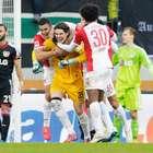 Goleiro marca no fim e salva Augsburg de derrota no Alemão