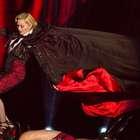 Armani culpa Madonna após queda causada por capa em show