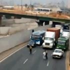 (VIDEO): Policías paran el tránsito para rescatar anciano