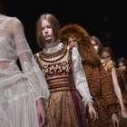 Alberta Ferretti presenta colección victoriana en Milán