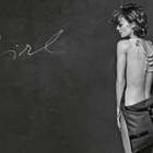Vanessa Paradis (nua) mostra nova bolsa da Chanel