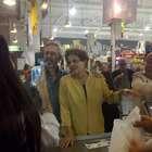 Dilma compra queijo e vinho em visita a mercado uruguaio
