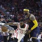 NBA suspende a James Harden por patear a LeBron James