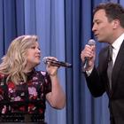 Kelly Clarkson y Jimmy Fallon protagonizan divertido dueto