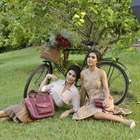 Juliana Paes e Camila Coelho estrelam campanha de bolsas