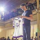 Com Kaká, Orlando mostra uniforme e patrocínio da Disney