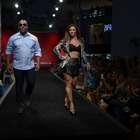 Com barriga à mostra, Vivi Araújo desfila com Ailton Graça