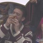 Kiss Cam: hombre prefiere besar su cerveza que a su novia