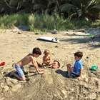 De férias, Tom Brady é enterrado na areia por filhos