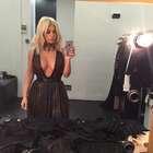 Kim Kardashian exibe decote até o umbigo em selfie