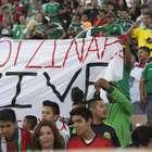 Aparece manta en pro de Ayotzinapa en el Memorial Coliseum