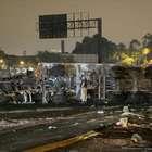vc repórter: carreta pega fogo e fere dois na Dutra, em SP