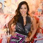 Com decotão, Anitta desfila em evento fashion infantil