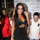 Decotada, Gracyanne Barbosa vai à feira após quebrar costela