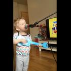 Tierno niño de 2 años hace bello cover de Thinking Out Loud