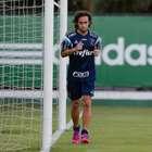 De volta, Valdivia treina sem bola e brinca com lesão
