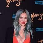 Hilary Duff rouba cena com decote e fenda profundos