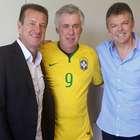 Pintou o 9? CBF presenteia Ancelotti com camisa da Seleção
