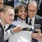 Homem mostra dedo do meio em selfie com presidente da França