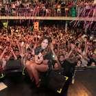 Com os pernões de fora, Alinne Rosa faz show no Rio