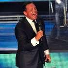 Luis Miguel tropieza en show ante festejo por su cumpleaños