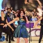 Ex-RBD, Dulce Maria faz show no programa Domingo Legal