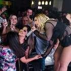 Valesca Popozuda faz show no CE e ganha beijo no bumbum