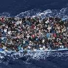 Italia está socorriendo a dos barcazas con 450 inmigrantes