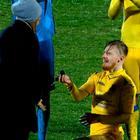 Un futbolista se declara a su novia en el campo de fútbol