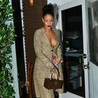 Bad Look: sem sutiã, Rihanna sai apenas de casaco e short
