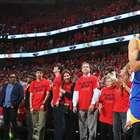 Curry anota un triple histórico casi a ciegas