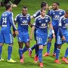 Lyon golea al Reims y se aferra al liderato en Francia