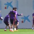 Piqué se queda ¡sin pantalones! en entrenamiento del Barça