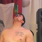 Ex jugador de la NBA bebe cerveza ¡sin las manos!